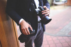 fotograf slubny podczas pracy